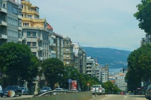 Vigo desde el automóvil, con el mar